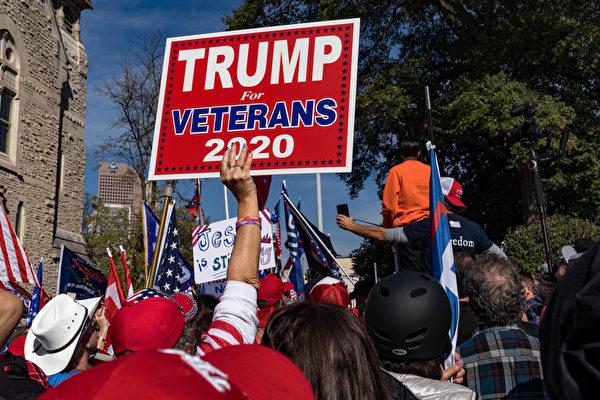 2020年11月21日,在佐治亞州亞特蘭大,民眾聚集在州議會外,抗議大選舞弊,要求制止竊選。(Megan Varner/Getty Images)