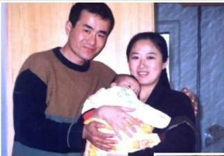迫害前曲輝和妻子、女兒的合照。(明慧網)
