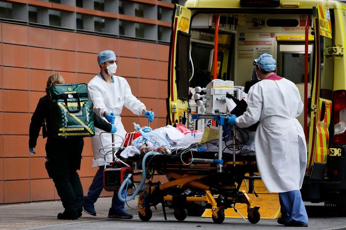 2021年1月19日,英國醫務人員用救護車將一名患者帶到倫敦王家倫敦醫院。根據當天公佈的數據,英國目前正受到第三波也是最致命一波中共病毒(武漢肺炎)襲擊。(TOLGA AKMEN/AFP via Getty Images)