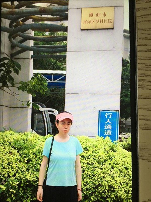 近日,牛騰宇的母親到救治兒子的佛山市羅村醫院走訪。(受訪者提供)