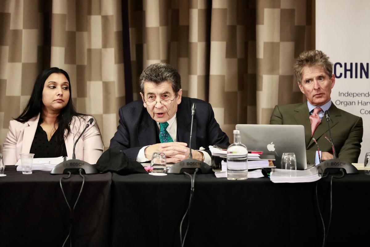 2019年4月6日、7日,獨立人民法庭在英國倫敦再度開庭,聽取有關中共大規模強制摘取良心犯器官的證詞。(從左到右)圖為部份法庭小組成員國際法專家保羅斯(Regina Paulose)、法庭主席尼斯爵士(Geoffrey Nice QC)和英國全球人權基金會董事會成員維奇(Nicholas Vetch)。(Simon Gross/大紀元)