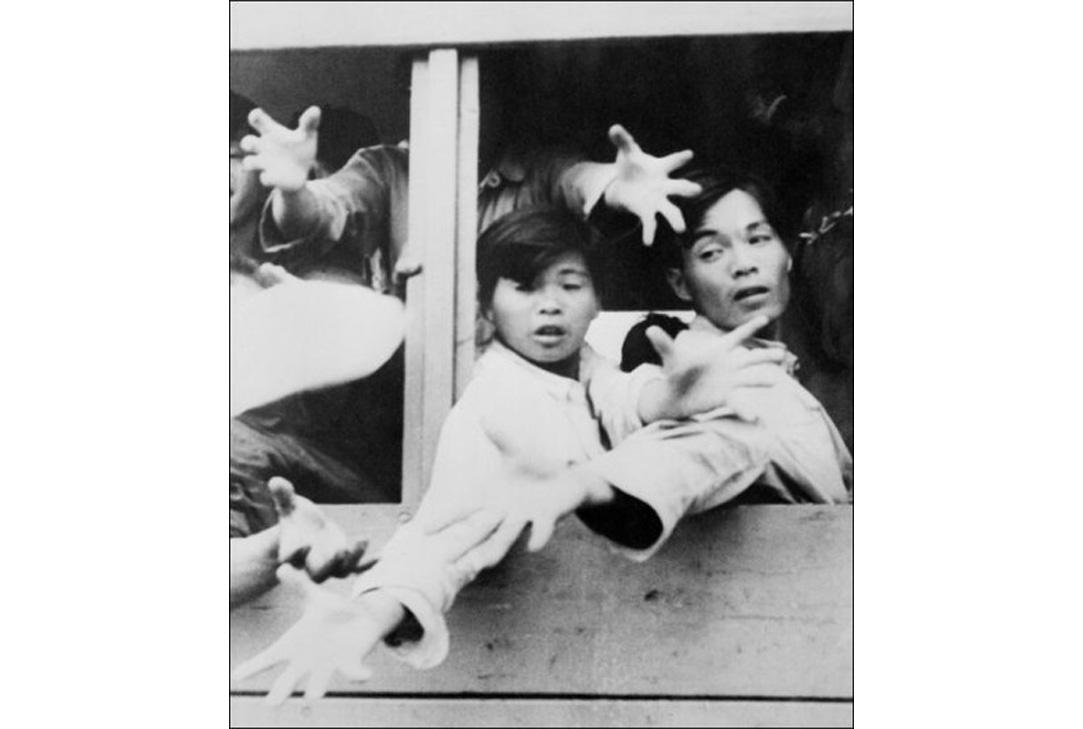 1962年5月中國發生大饑荒的時候,大量中國人從大陸逃到香港。圖為逃到香港的中國難民將手伸出車外要食物。(AFP/Getty Images)
