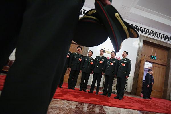 10月21日,有消息傳,中共武警部隊一名副司令員被軍紀委帶走調查,一副司令和副政委被免職。(Feng Li/Getty Images)