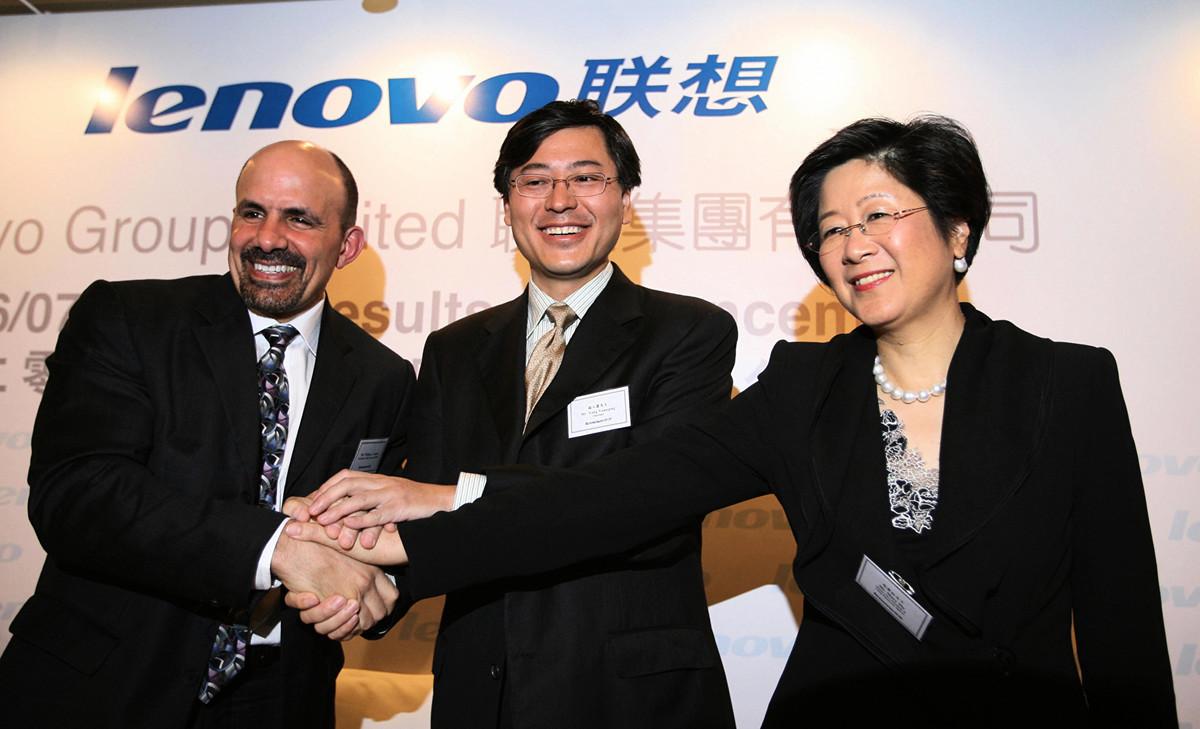圖為時任聯想高級副總裁的馬雪征(右)於2007年在香港出席聯想新聞發佈會。(MIKE CLARKE/AFP/Getty Images)