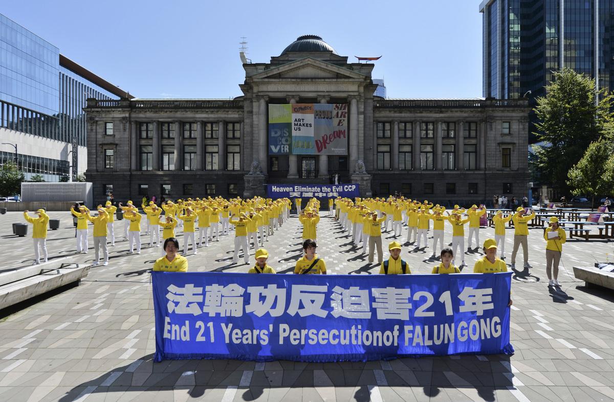 2020年7月12日,溫哥華法輪功學員在市中心藝術館前廣場,舉辦大型煉功;展示天滅中共、呼籲釋放加拿大公民孫茜等橫幅,路人紛紛拍照或鳴笛以示支持。(大宇/大紀元)
