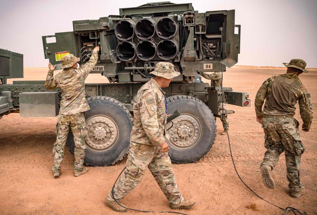 2021年6月9日,在摩洛哥東南部格裏爾拉布伊希地區舉行的「非洲獅」軍事演習中,美軍士兵走過M142高機動火箭炮系統(HIMARS)發射車。(FADEL SENNA/AFP)