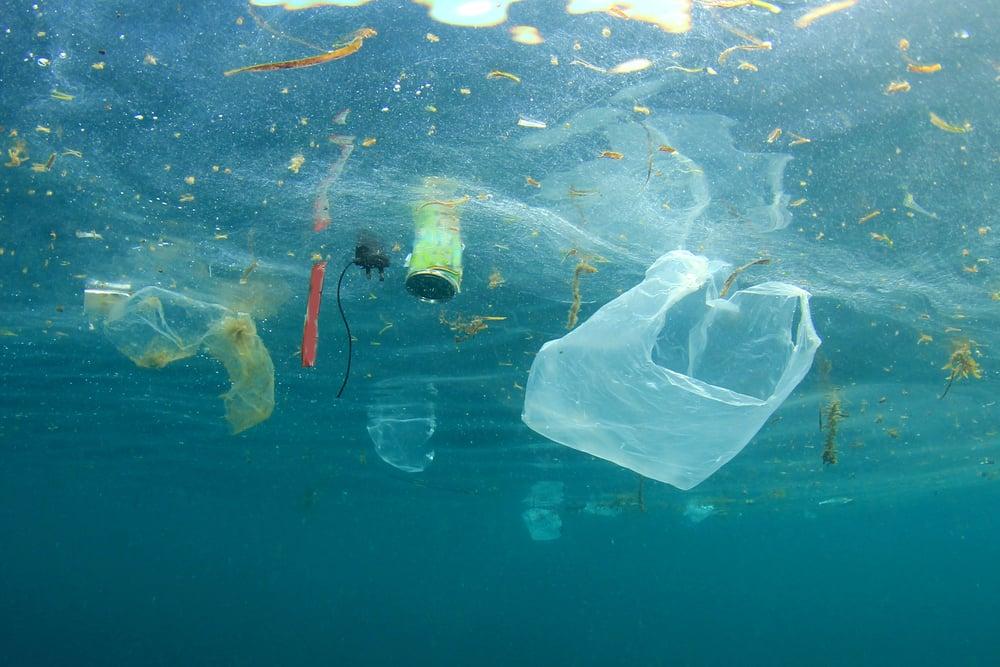日本海洋研究開發機構的調查指出,在距離日本本島約480公里外海的深海底發現大量塑料垃圾。此為海洋垃圾示意圖。(Shutterstock)