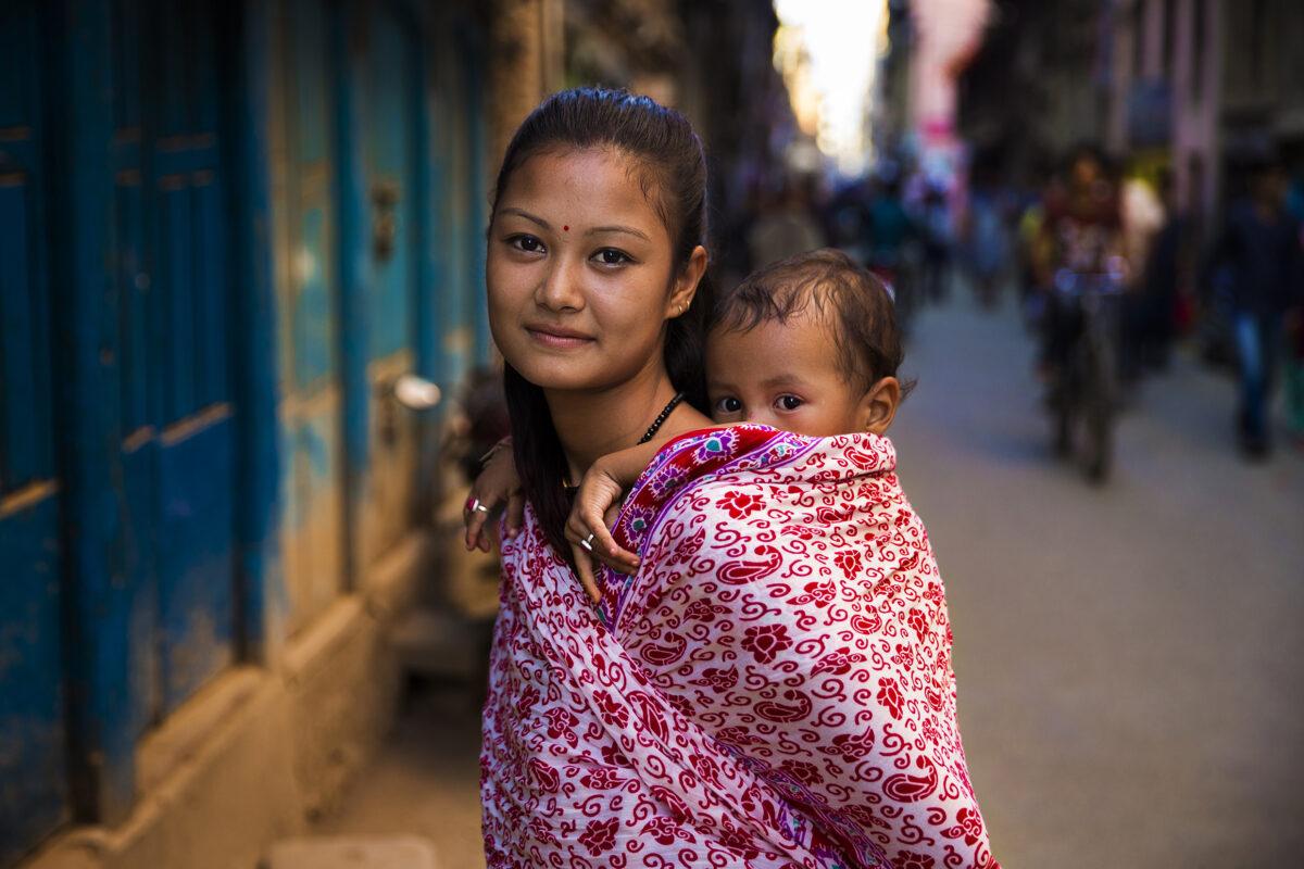 尼泊爾加德滿都街頭的母子。(米哈艾拉提供)