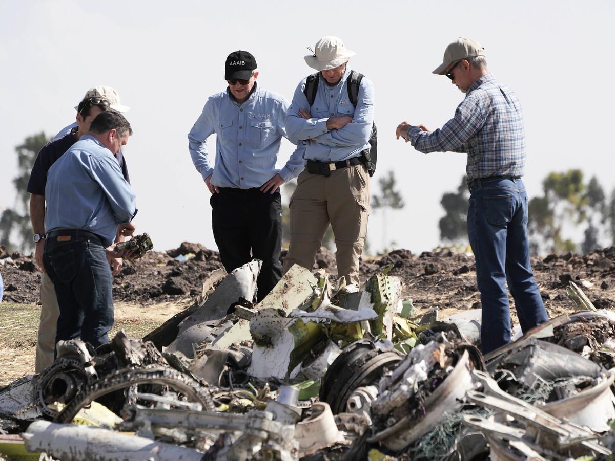埃塞俄比亞航空一架客機上周日(3月10日)起飛不久後即墜毀,機上157人全數罹難。圖為美國國家運輸安全委員會(NTSB)的調查人員於3月12日在墜機現場查看失事客機的碎片。(Jemal Countess / Getty Images)
