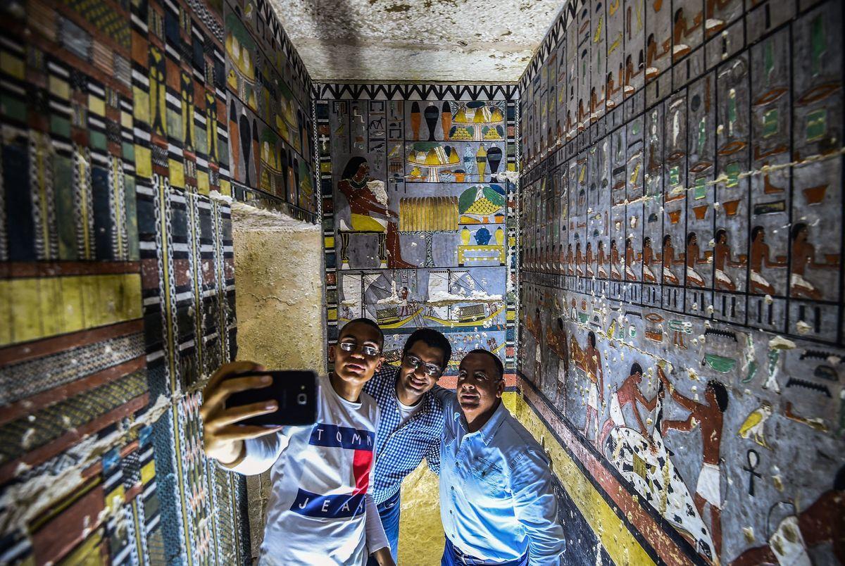 埃及於周六(4月13日)向首批參觀者展示了一座建於埃及第五王朝的官宦之墓。(MOHAMED EL-SHAHED/AFP/Getty Images)