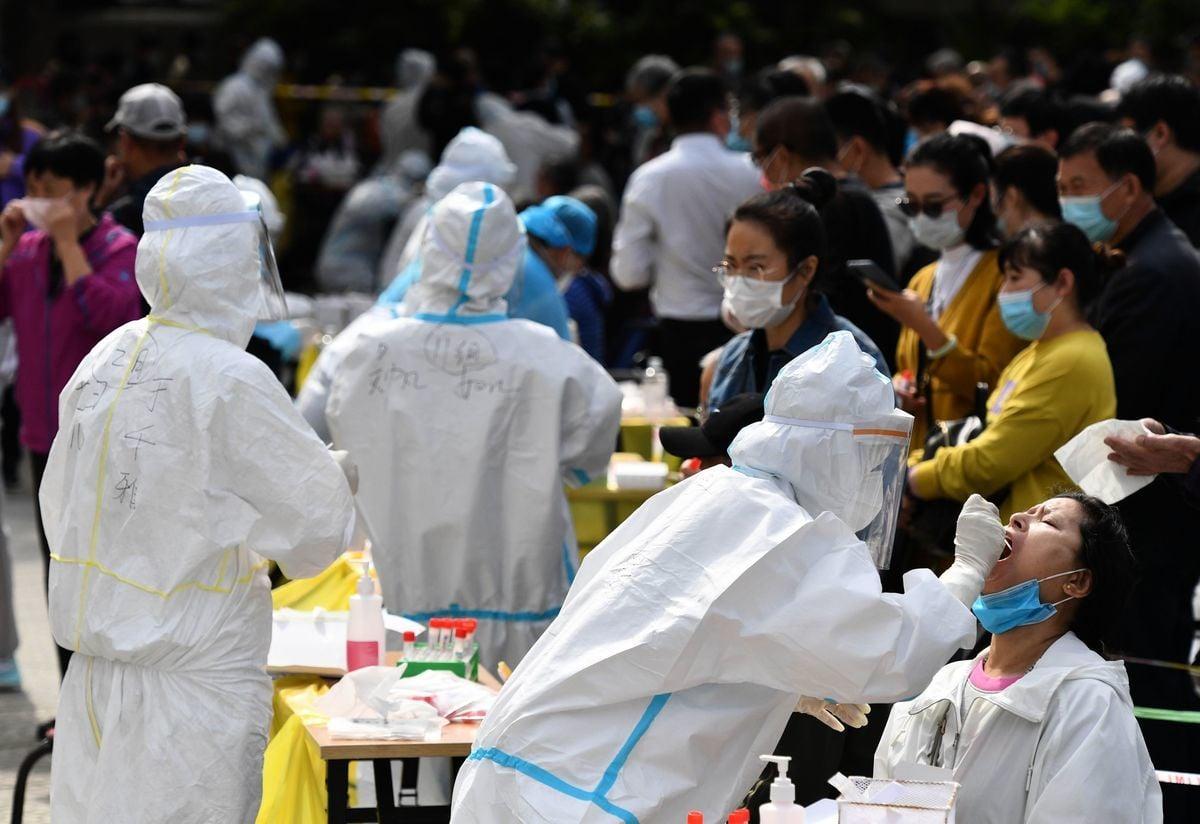 近日,山東青島爆發新一輪中共病毒(武漢肺炎)疫情。當局在短短5天內完成了全市1,000多萬份核酸檢測,並聲稱結果全部陰性。圖為10月13日青島某檢測點現場。 (STR/AFP via Getty Images)