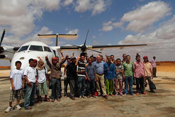 從索馬里海盜手中救出台籍輪機長沈瑞章的海洋無海盜計劃項目主持人羅文尼說,歷經18個月談判,遭索馬里海盜挾持4年多的26名船員終於能回家,開心地舉手歡呼。(羅文尼提供)