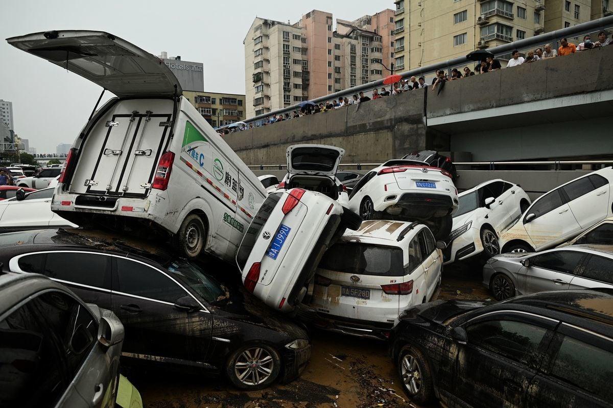 7月20日,河南鄭州洪災造成大量傷亡;當晚官方才通報,比鄰鄭州的常莊水庫已洩洪14小時。圖為2021年7月22日鄭州一隧道前堆積的汽車。(Noel Celis / AFP via Getty Images)