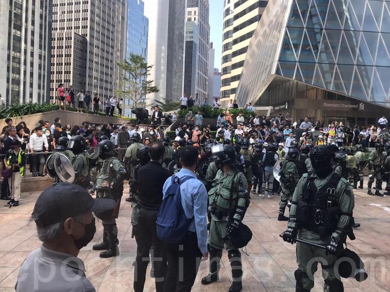 2019年11月13日,香港中環港交所中午1點左右有人想衝擊港交所,防暴抓了一人。(黃浩/大紀元)