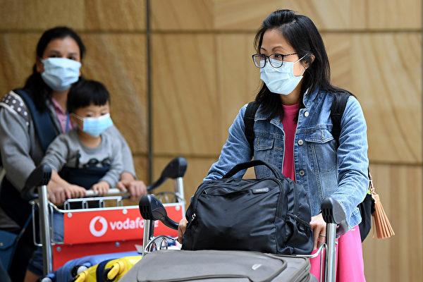 2020年1月27日,澳洲中共肺炎患者增至5例。第五例是一名中國女留學生。圖為1月23日,武漢飛抵悉尼的最後一架直航航班的乘客。 (AAP)
