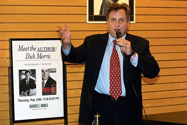 美國政治策略家、作家迪克‧莫里斯(Dick Morris)於2002年5月16日在美國加州洛杉磯的新書發佈會上。(Frederick M. Brown/Getty Images)