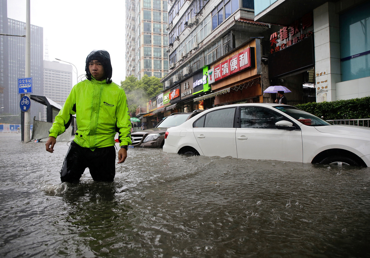 中國就業人口大減,消費意願低迷,另一方面,南方北方洪患接連來襲,經濟復甦之路艱辛且長遠。(Wang He/Getty Images)