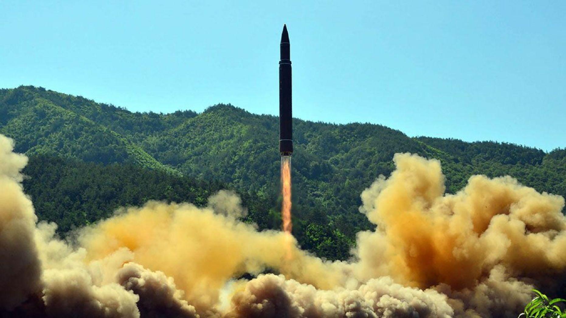圖:這張照片拍攝於2017年7月4日,由北韓官方的朝中社發佈。照片顯示,洲際彈道導彈「火星-14」(Hwasong-14)在北韓一個秘密地點成功試射。(STR/AFP via Getty Images)