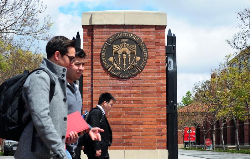 美國學者認為,美國各大學應率先抵抗中共侵犯美國利益的行為,採行行動維護校園言論自由。圖為洛杉磯南加州大學校門口。(Frederic J. BROWN/AFP)