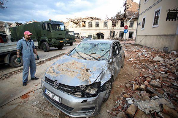 2020年12月29日,克羅地亞彼得里尼亞(Petrinja),該鎮遭受6.4級地震襲擊後,建築物旁的一輛車也受到波及。(DAMIR SENCAR/AFP via Getty Images)