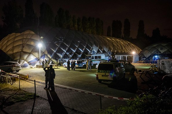 圖為柏林Moabit區一個空氣圓頂房屋的難民營,柏林警察正站在前面。(GREGOR FISCHER/AFP/Getty Images)