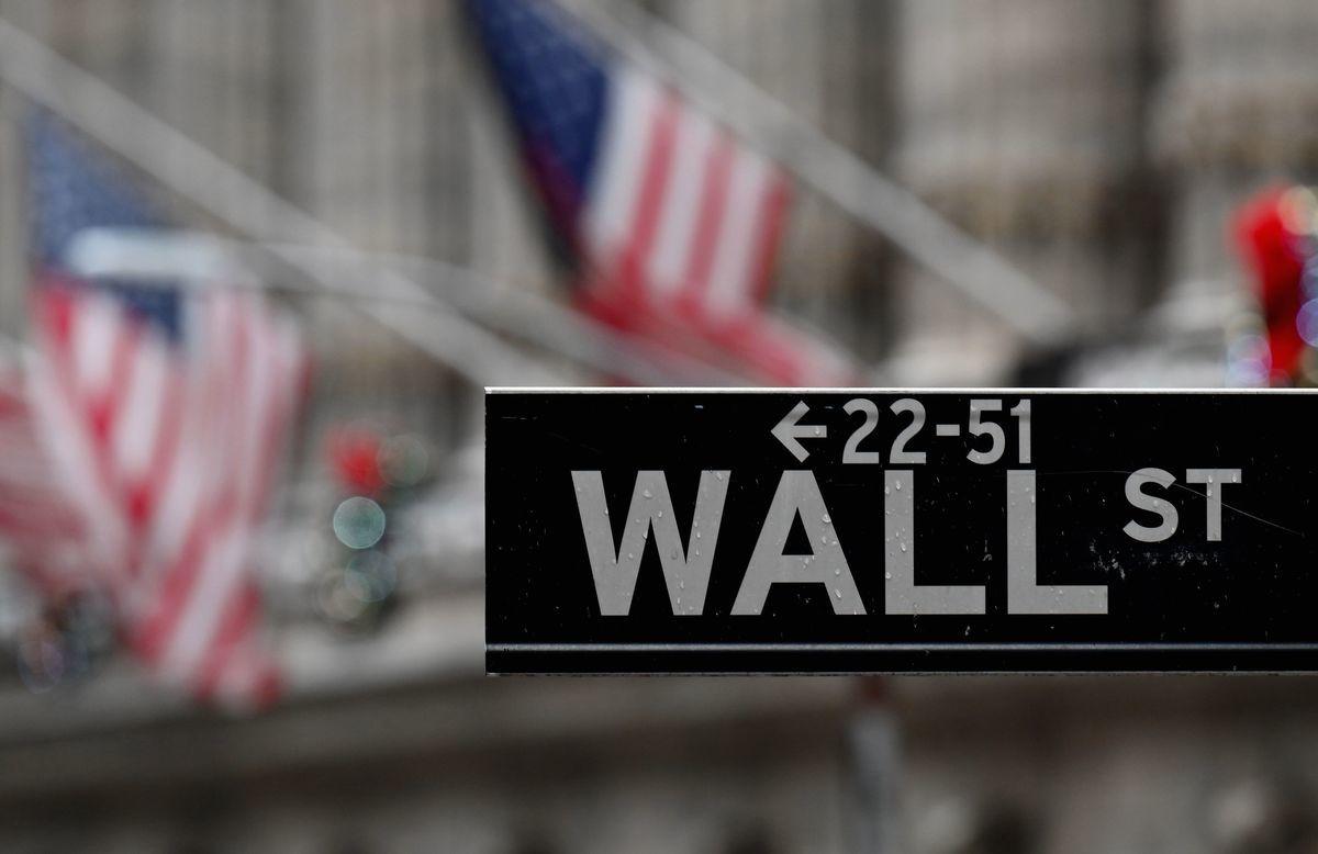 紐約證券交易所前的華爾街街牌。(ANGELA WEISS/AFP via Getty Images)