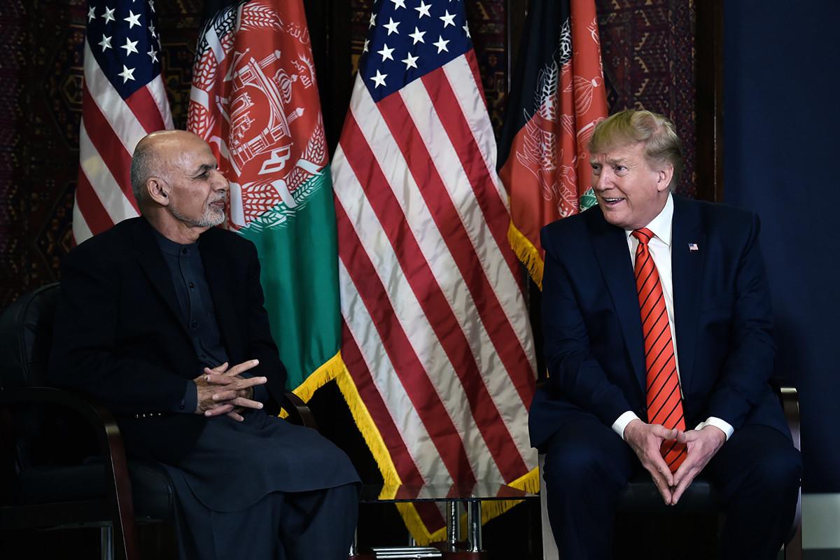 2019年11月28日,特朗普突訪阿富汗,在美軍事基地與阿富汗總統阿什拉夫·加尼(Ashraf Ghani)會談。(Olivier Douliery / AFP)