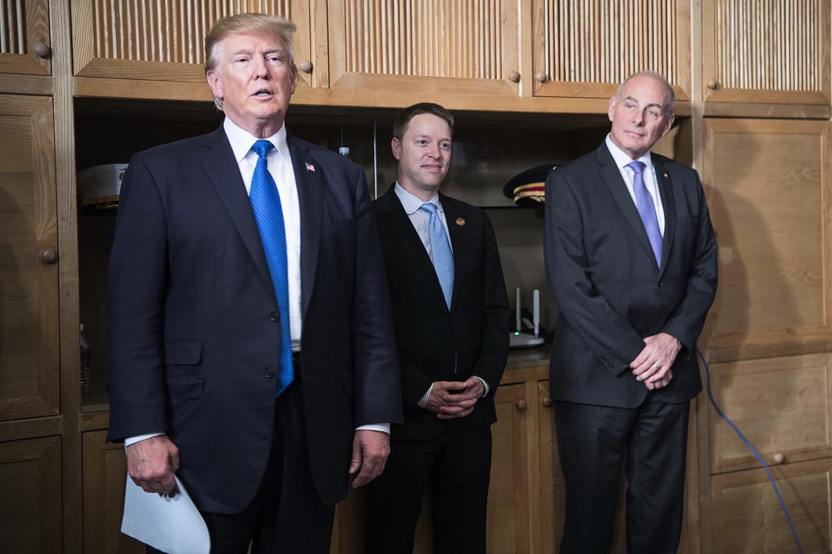 美國總統特朗普(左)與時任國家安全委員會亞洲事務高級主管馬修·波廷格(中)和時任白宮辦公廳主任約翰·凱利(右)在2017年11月出席越南峴港的太平洋經濟合作組織( APEC)領導人峰會。(JIM WATSON/AFP via Getty Images)