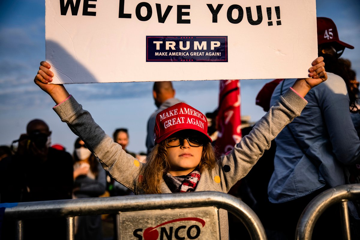 2020年10月4日,美國馬里蘭州貝塞斯達(Bethesda),沃爾特·里德國家軍事醫學中心外,一位女孩舉著支持特朗普的標語。(Samuel Corum/Getty Images)