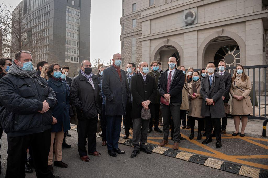 2021年9月25日,遭中共拘禁的加拿大前外交官康明凱和商人斯帕弗,在孟晚舟被加國釋放回中國後的一天之內,安全返回加拿大。圖為同年3月22日,康明凱在北京被審判,26個西方國家的外交官到法庭外聲援。(Kevin Frayer/Getty Images)