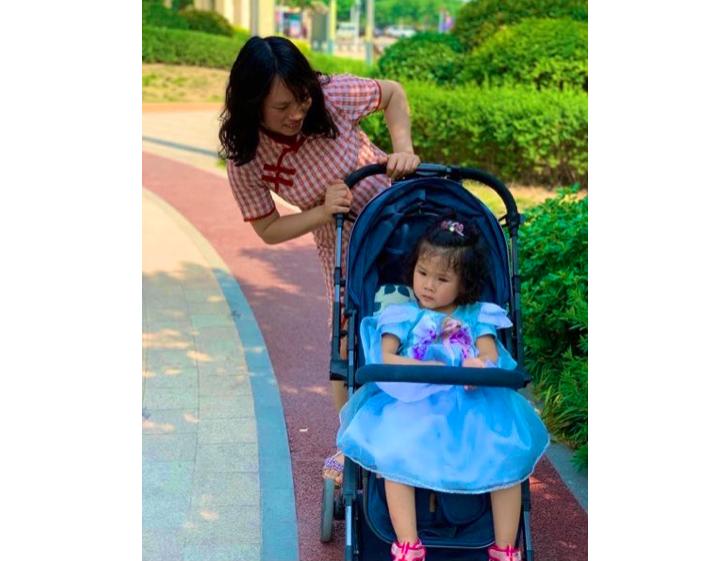 「疫苗寶寶之家」發起人何方美和她因毒疫苗致殘的女兒。(推特截圖)