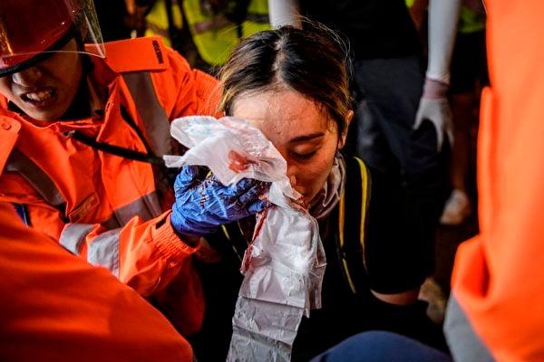 8月11日晚,香港尖沙咀,一名女性被警方的布袋彈擊中眼睛,或造成視力永久損傷。(ANTHONY WALLACE/AFP/Getty Images)