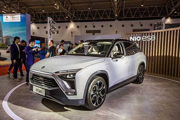 大陸新能源汽車問題百出。圖為電動汽車蔚來ES8在北京的交易會上。(大紀元資料室)