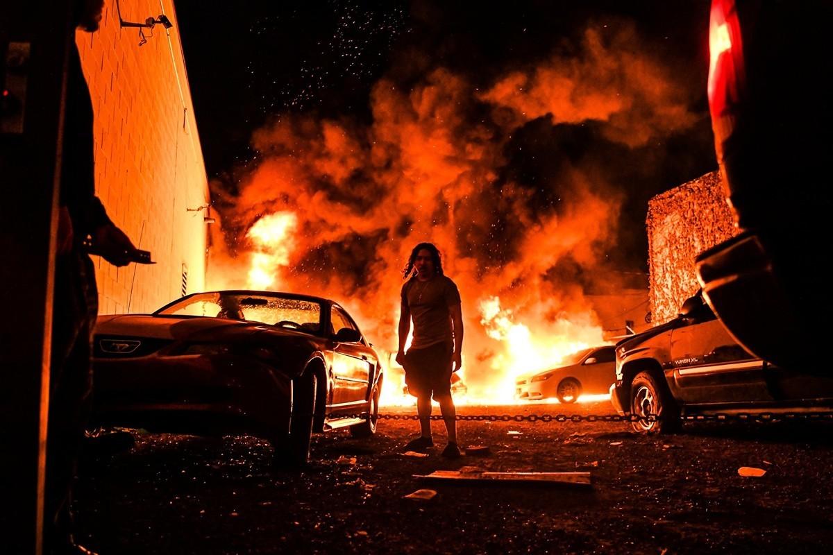 極左分子藉機美國黑人喬治·弗洛伊德之死,在數十個城市煽動暴亂,放火、砸店、搶劫、打人、一時間黑煙瀰漫。(CHANDAN KHANNA/AFP via Getty Images)
