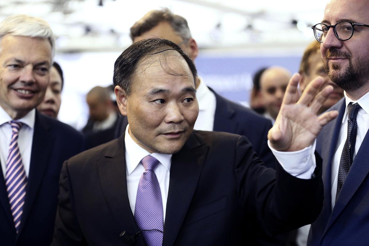 吉利汽車表示,今年上半年公司營收下滑11%,盈利同比下跌40%。圖為中國吉利汽車董事長李書福。(AFP)