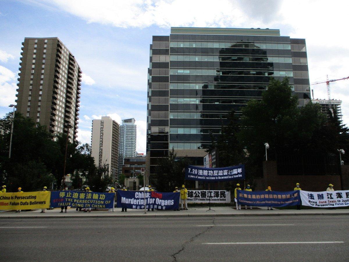 2020年7月17日,加拿大卡加利部份法輪功學員在中領館前集會,記念法輪功反迫害21周年。(林採楓/大紀元)