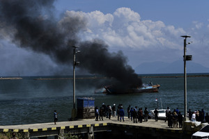 組圖:印尼政府放火銷毀非法外國漁船