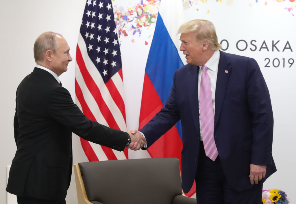 特朗普和普京去年在G20峰會上握手。(MIKHAIL KLIMENTYEV/AFP via Getty Images)