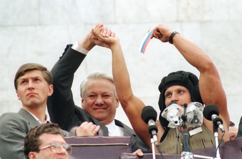 1991年8月22日,被軟禁的蘇共總書記戈巴卓夫獲釋,為期三天的「八一九」政變失敗,約有100萬名俄羅斯聯邦總統葉利欽(中)支持者在莫斯科慶祝。(ANATOLY SAPRONENKOV / AFP)