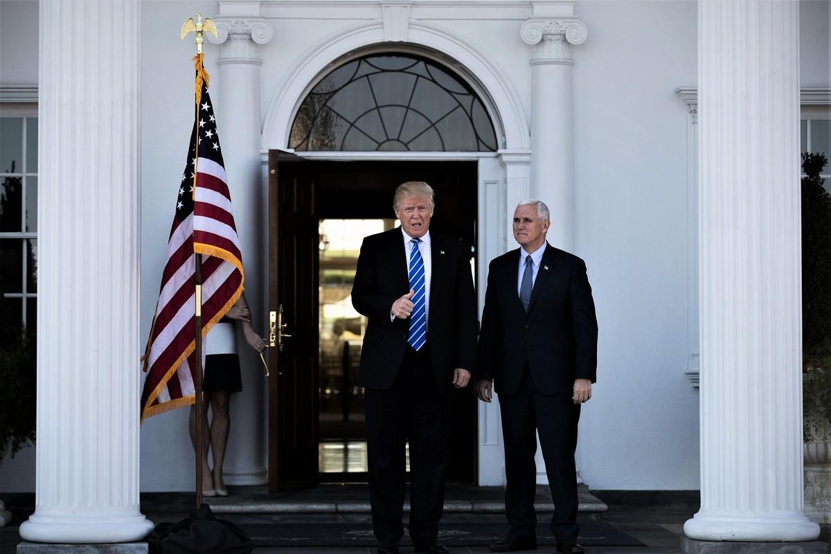 圖為特朗普總統與彭斯副總統在白宮門口。(Getty Images)