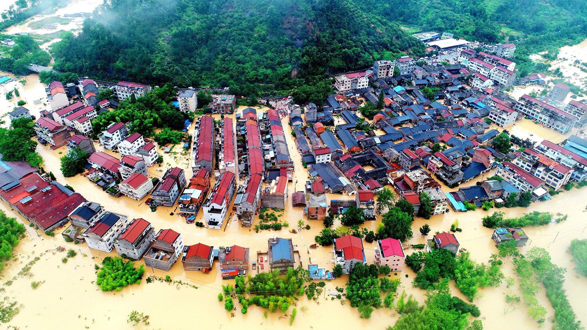 受超強颱風「利奇馬」影響,中共官方公佈已造成至少48死21失蹤。圖為8月10日,浙江台州仙居縣南峰街道清口園村一片汪洋。(無人機拍攝)(大紀元資料室)
