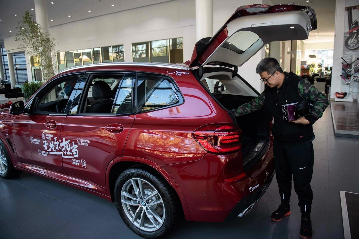 美國總統特朗普宣佈,中方同意降低並取消針對美國進口汽車課徵的40%關稅。圖為2018年10月11日,北京一家汽車銷售中心展示的寶馬汽車。(NICOLAS ASFOURI/AFP/Getty Images)