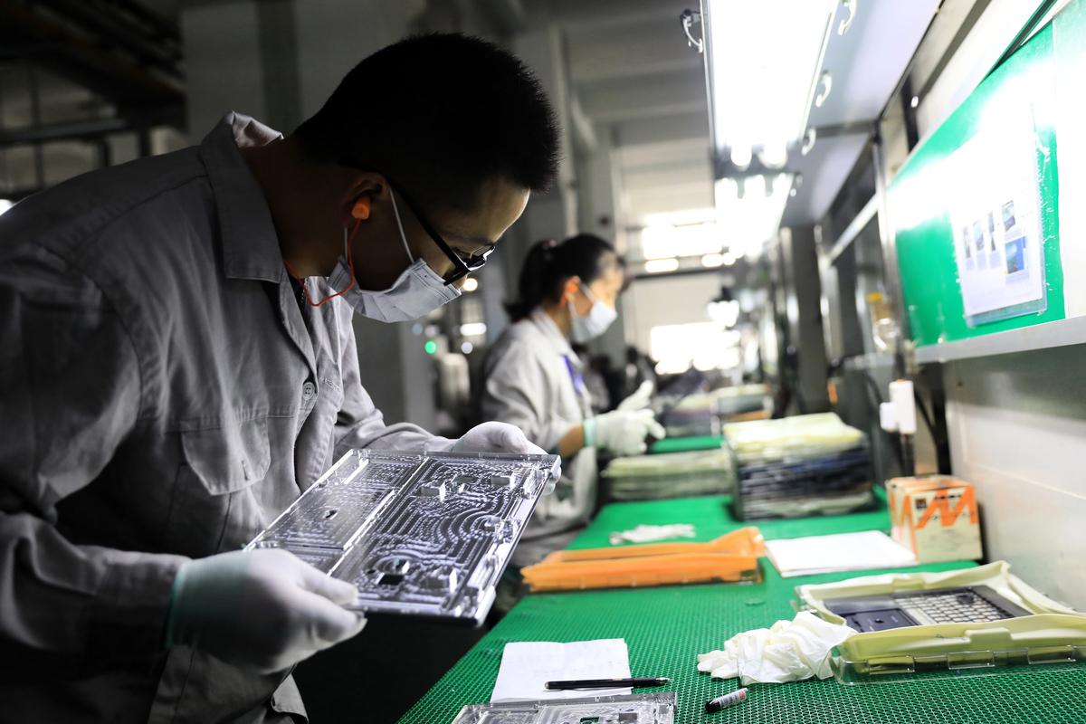 在中美貿易戰和中共肺炎大流行的新形勢下,無論中國大陸吸引力如何,全球電子製造商都在積極尋求供應鏈的多樣化,並減少對某個國家的依賴。(STR/AFP)