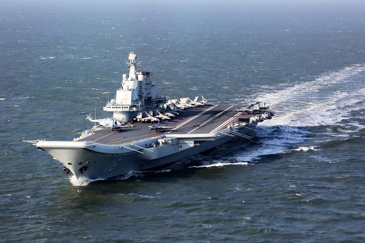 中共18日將在台灣海峽進行實彈射擊軍事演習,並在相關海域實施臨時禁航。圖為中共航母遼寧號。(STR / AFP)