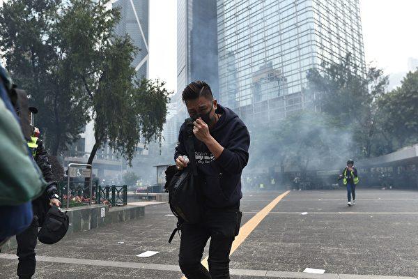 2020年1月19日,防暴警察在德輔道中與金鐘道交界處連續發射多枚催淚彈。(PHILIP FONG/AFP via Getty Images)