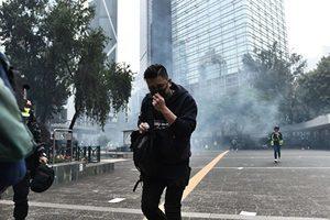 不畏中共肺炎疫情 香港反送中抗爭者堵路六十人被捕