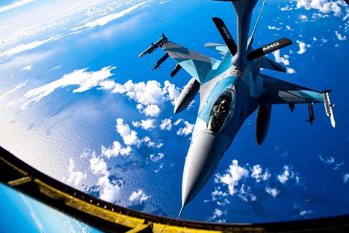美國軍事記者大衛‧埃克斯(David Axe)撰文指出, 美國空軍開始建立太平洋的軍事基地網絡,以削弱中共的打擊能力。圖為2021年2月18日,「北方對抗2021」(Cope North 2021)空戰演習中,美軍F-16戰隼戰鬥機接受KC-135空中加油機補給。(美國空軍)