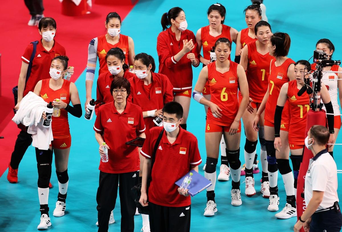 7月31日在東京有明體育館舉行的 2020 年東京奧運會第 8 天女子預賽 B 池排球比賽中,中國隊主教練郎平與球員在與意大利隊的比賽中。(Toru Hanai/Getty Images)