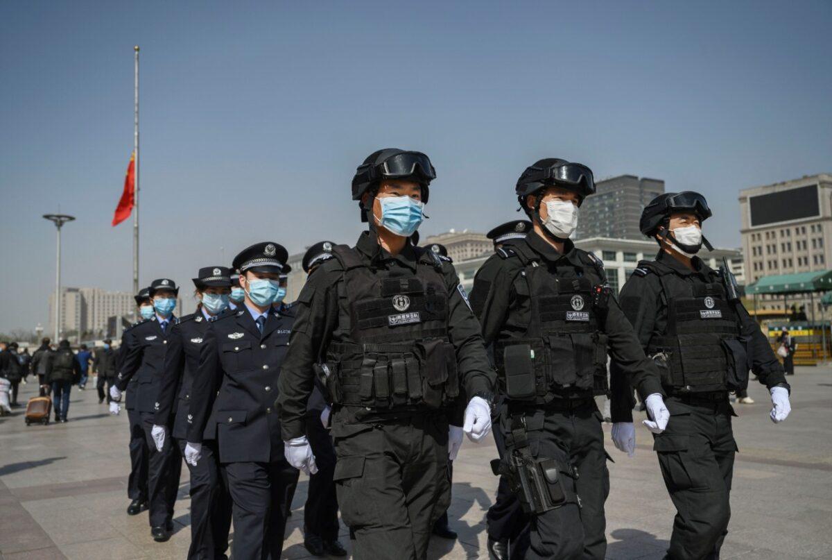 2020年4月4日,中共警察在北京火車站。(Photo by Kevin Frayer/Getty Images)