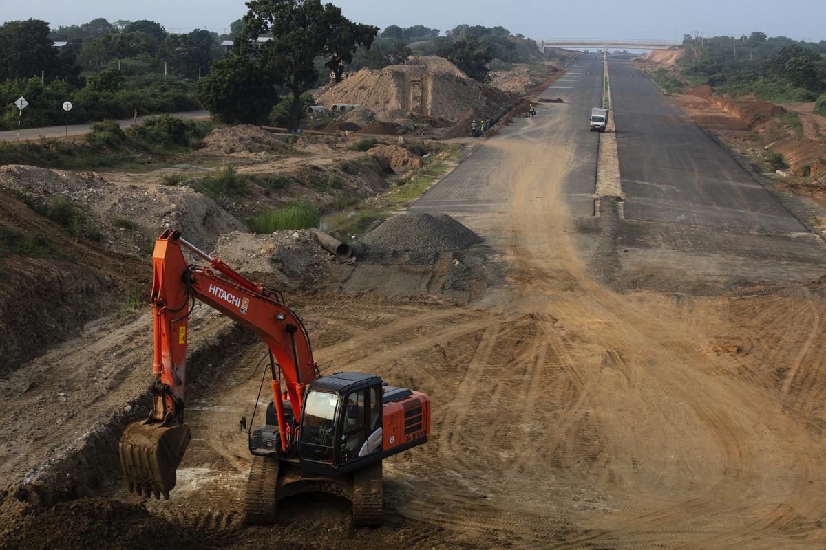 世界各國應該如何對抗中共的一帶一路,現在是做出決斷的時候了。圖為一帶一路的項目之一、斯里蘭卡的漢班托塔港。由於斯里蘭卡無力償還債務,根據一份有效期長達99年的租約,斯里蘭卡正式將漢班托塔港移交給中國。(Paula Bronstein/Getty Images)
